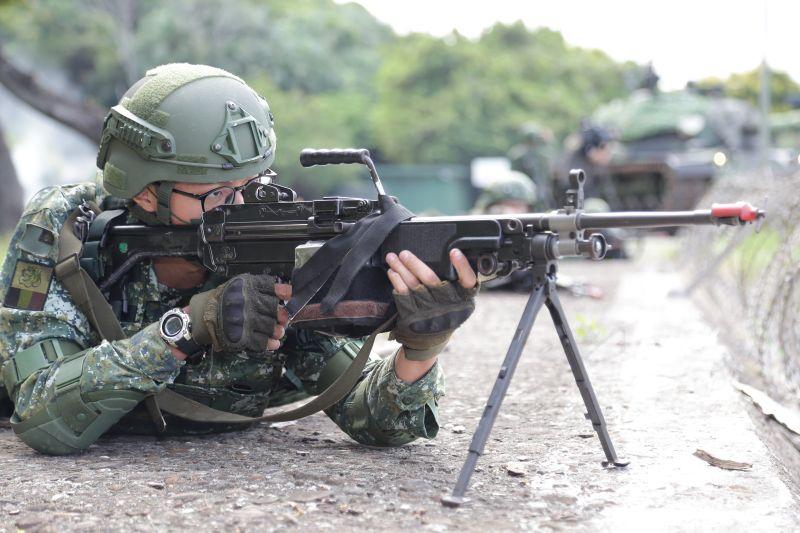 ▲漢光37號演習,陸軍關指部聯兵一營官兵持Minimi班用機槍,模擬向敵船團實施攻擊。(圖/軍聞社提供)