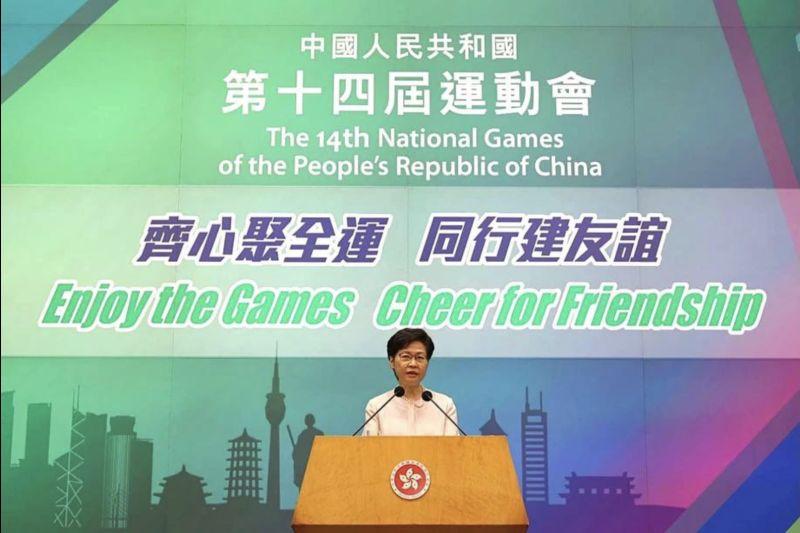 ▲香港特首林鄭月娥14日在政府總部演講廳見記者,背後布景竟把中國的全稱,寫成「中國人民共和國」。(圖/翻攝自臉書)