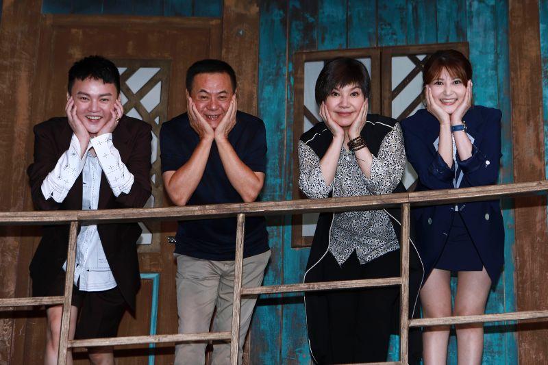 ▲許富凱(左起)、蔡振南、唐美雲、樓心潼在《孟婆客棧》場景擺出笑臉迎人的拍照姿勢。(圖/公視台語台提供)