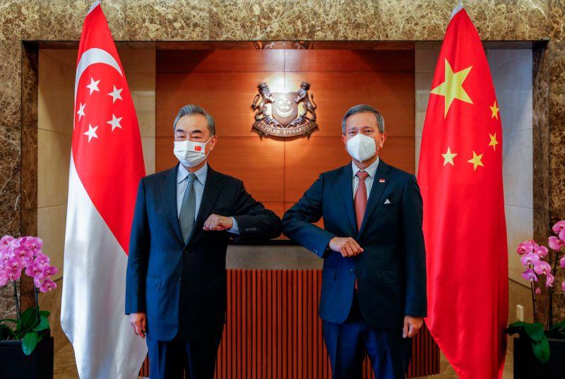 ▲美中高層官員近期相繼訪問東南亞。圖為中國外長王毅訪問新加坡。(圖/美聯社/達志影像)