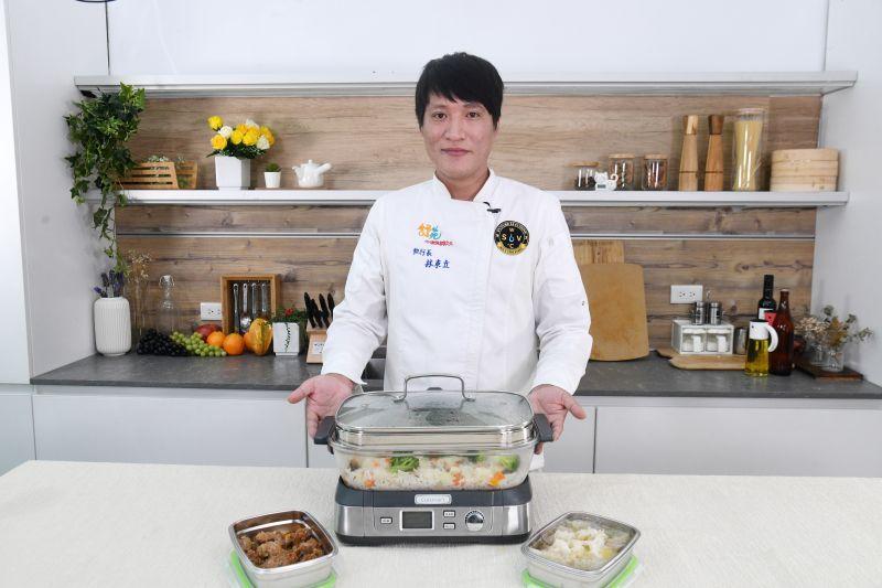 ▲艾食上東方名廚的林東立主廚教學,如何透過蒸煮方式健康烹飪食物。(圖/記者林柏年拍攝)