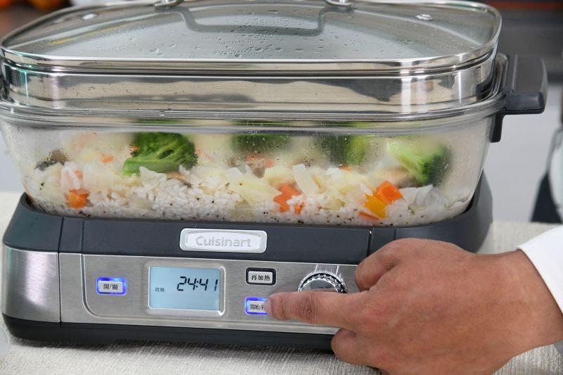 ▲蒸煮鍋透明的玻璃鍋蓋方便觀察食物烹煮情形「新鮮看得見」。(圖/記者林柏年拍攝)