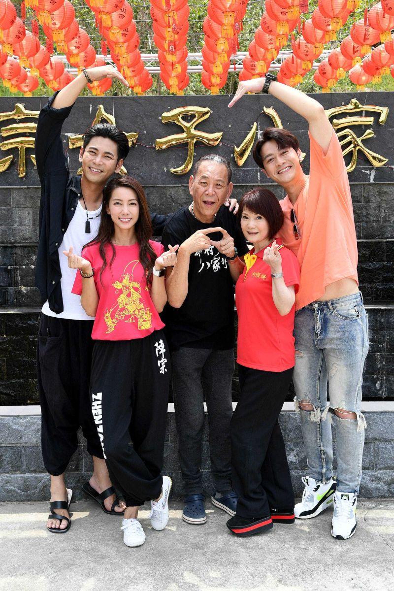 ▲楊子儀(左起)、林韋君、龍劭華、陳瓊美、張勛傑同居1個月。(圖/華視)