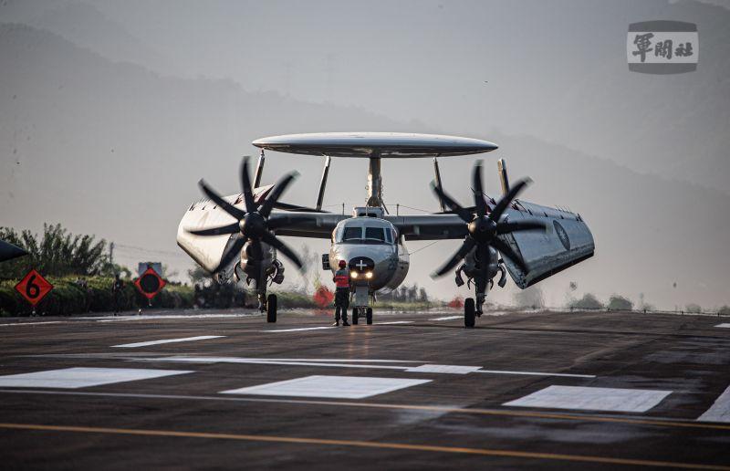 ▲漢光37號演習,佳冬戰備道起降,E-2T預警機收摺機翼。(圖/軍聞社提供)