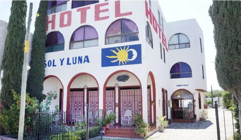 ▲多名持槍歹徒14日闖入墨西哥中部聖路易波多西州(San Luis Potosi)的飯店Hotel Sol y Luna,綁架約20名外國人,據信被綁者大都來自海地和委內瑞拉。(擷取自飯店臉書)