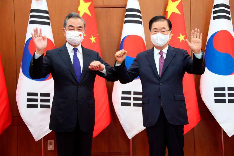 ▲中國外交部長王毅與韓國外交部長鄭義溶今天上午會面,王毅表示,中韓是「無法搬家的近鄰,也是無法離開彼此的夥伴」。(圖/美聯社/達志影像)