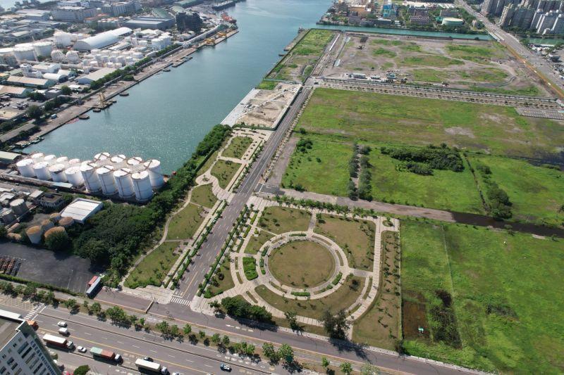 ▲高市府以「每萬人公園、綠地、兒童遊戲場、體育場所及廣場面積數」統計指標,自縣市合併以來年年為六都第一。(圖/高市府工務局提供)