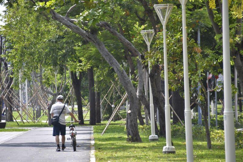 ▲高雄市自鐵路地下化後,大面積綠地搭配自行車道全線約15公里,為高雄帶來全新地景及休憩活動空間。(圖/高市府工務局提供)