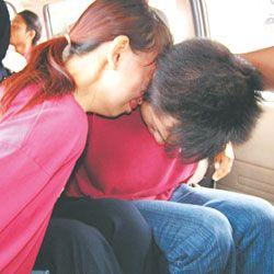 ▲小盈瀛的母親及男友在被羈押時,其母還哭倒在男友身上。(圖/翻攝自光華日報)