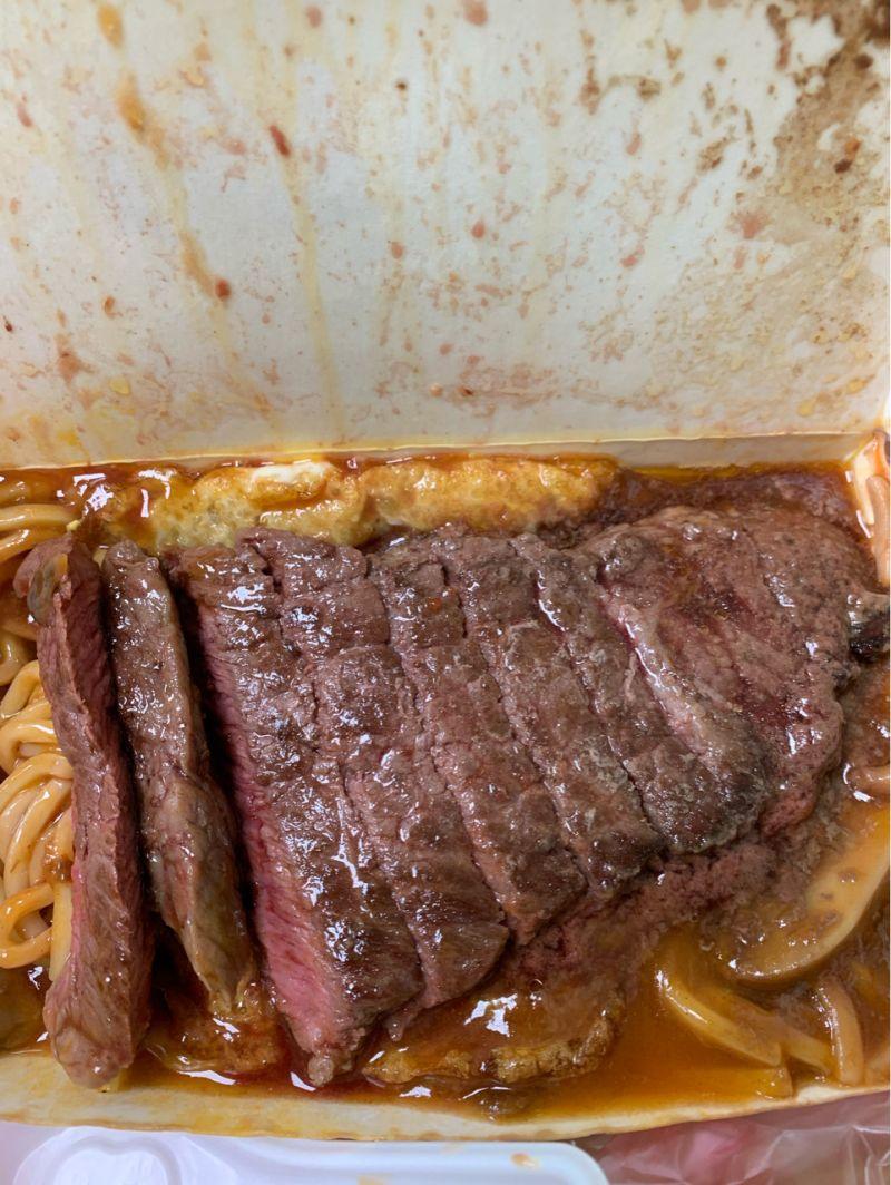 ▲結果不但附了兩盒醬,整個牛排也是醬給加爆。(圖/翻攝自PTT)