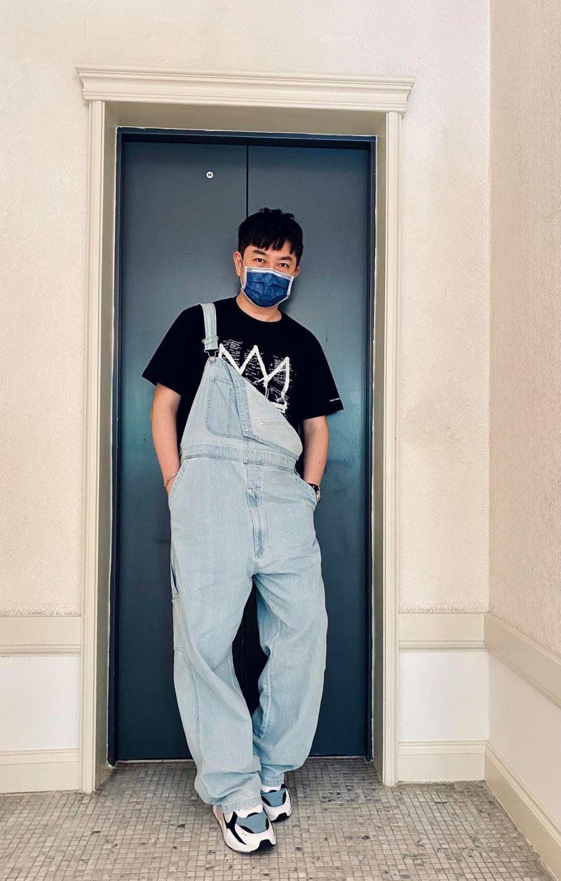 ▲李明川公開彩妝口罩減齡大眼術。(圖/李明川臉書)