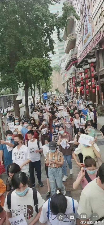 ▲恆大投資者憂心資產成廢紙,前往恆大公司抗議。(圖/翻攝自微博)