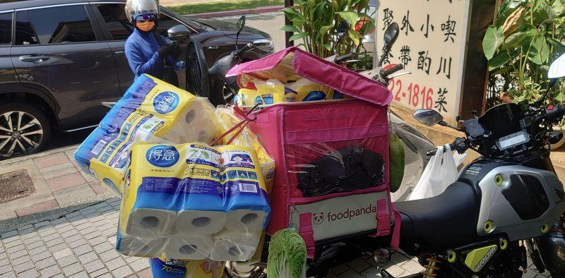▲外送員最後成功將9袋衛生紙及紙巾放上機車。(圖/外送員的奇聞怪事)