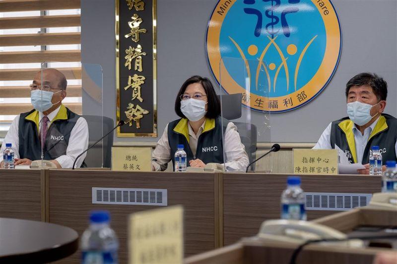 ▲台灣自購108萬劑莫德納疫苗17日抵台,總統府發言人張惇涵說,就他了解,指揮中心,可說是「天天寫信、週週視訊會議」在催貨。(圖/取自張惇涵 Chang Tun-Han臉書)