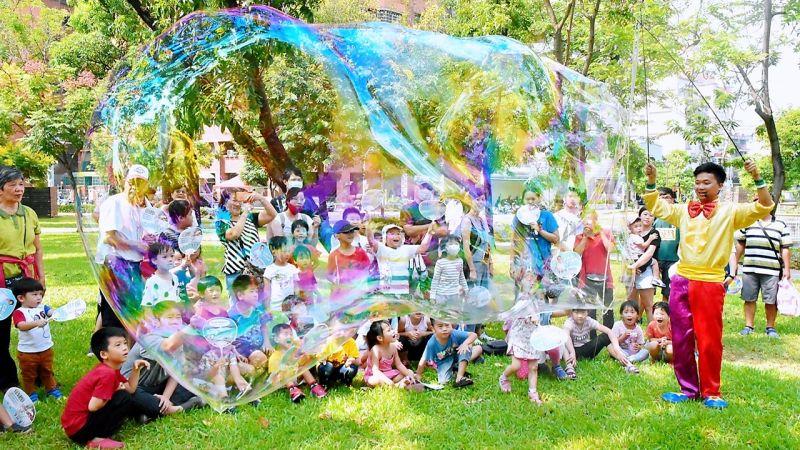 ▲活動中規劃巨型夢幻泡泡與小丑氣球雜技。(圖/屏東縣政府提供)