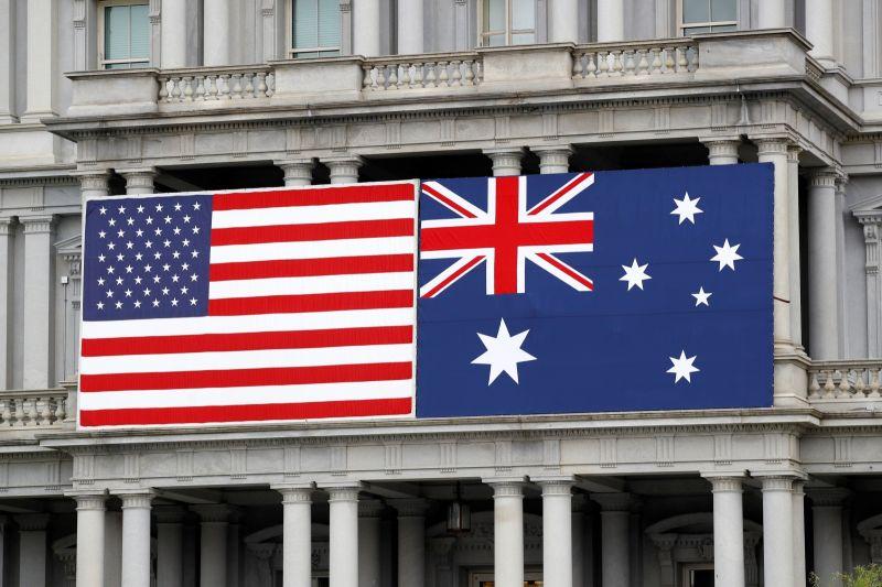 ▲國際原子能總署(IAEA)表示,已接獲澳洲、英國和美國通知,3國建立的防衛聯盟AUKUS將協助澳洲發展核動力潛艦。美澳關係示意圖。(圖/美聯社/達志影像)
