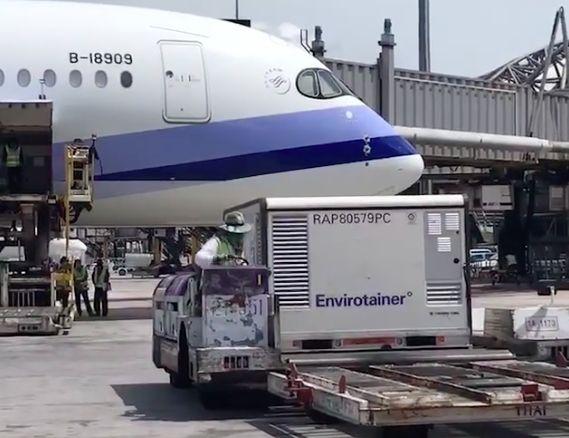 ▲AZ疫苗從泰國起飛,下午將運抵桃園機場。(圖/翻攝蘇貞昌臉書)