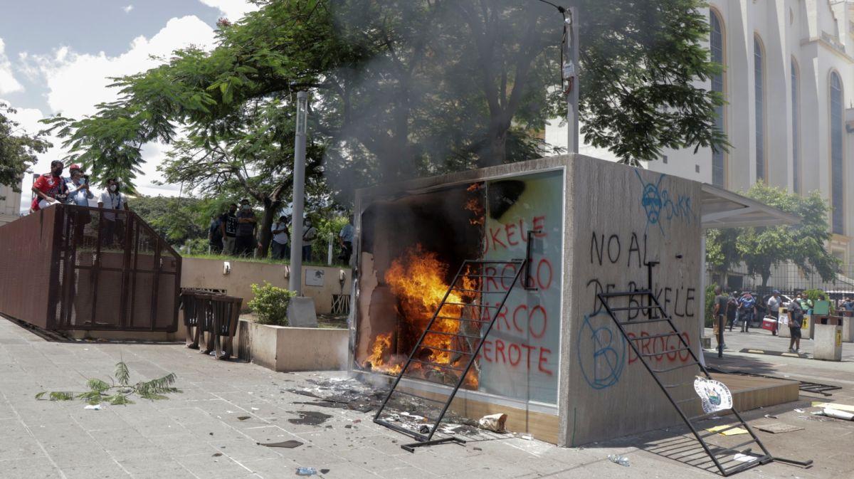 ▲薩爾瓦多成為全球第一個將比特幣列為法定貨幣之一的國家後,引起當地民眾不滿,有人還怒砸比特幣ATM。(圖/美聯社/達志影像)