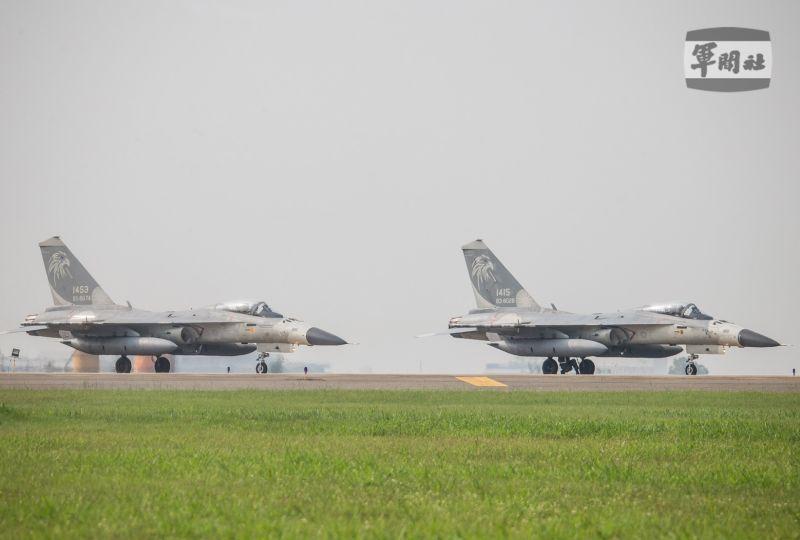 ▲漢光37號演習,台中清泉崗機場進行連續反擊操演,空軍IDF經國號戰機完成整備後,起飛執行「連續反擊作戰」演練。(圖/軍聞社提供)