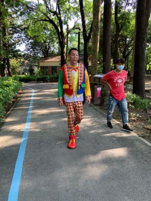 ▲龍劭華(左)在《美麗人生》扮小丑。(圖/郝孝祖提供)