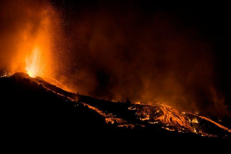 ▲西班牙拉帕馬島老峰火山19日發生噴發。(圖/美聯社/達志影像)