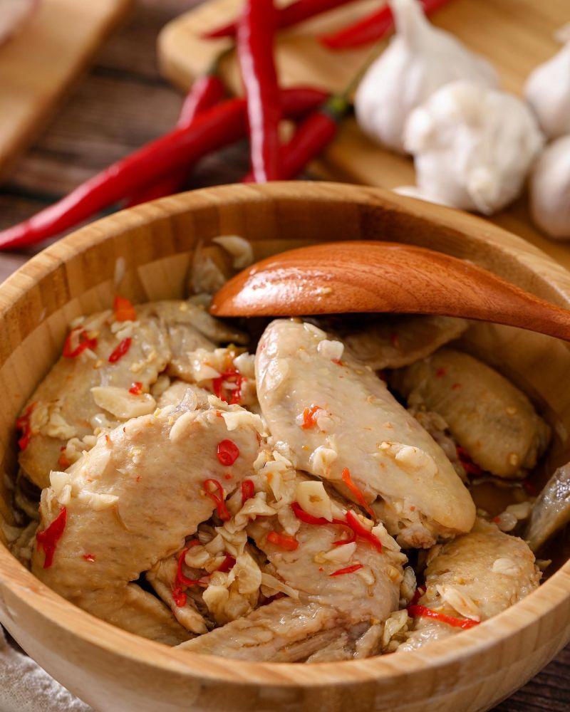 ▲金剛、小嫻趁中秋佳節出門擺攤,手工製的辣味雞翅很受歡迎。(圖/翻攝金剛臉書)