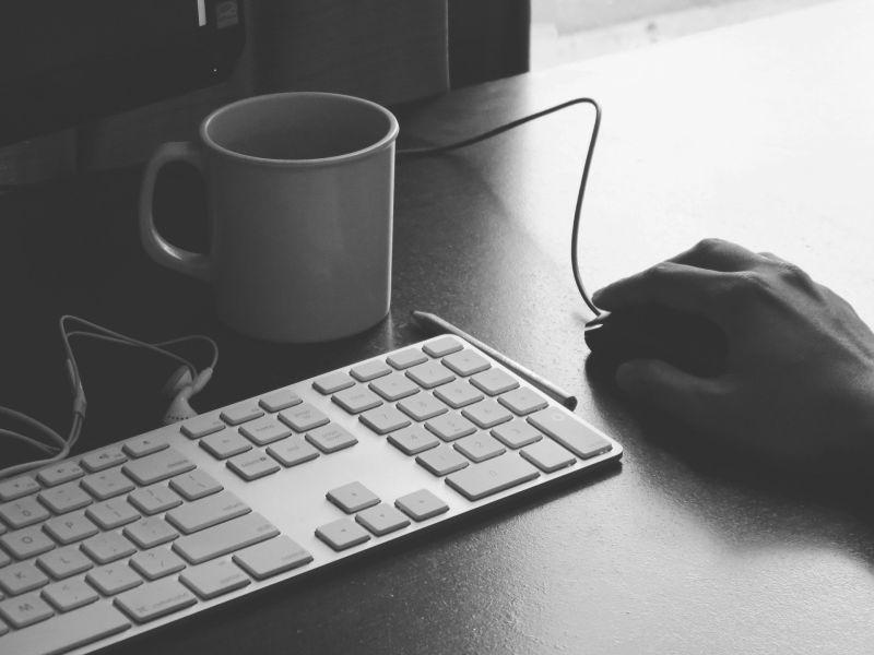 ▲原PO用筆電還拿滑鼠,被朋友說「老人才用」,貼文一出,網友反揭2關鍵。(示意圖/取自pixabay)