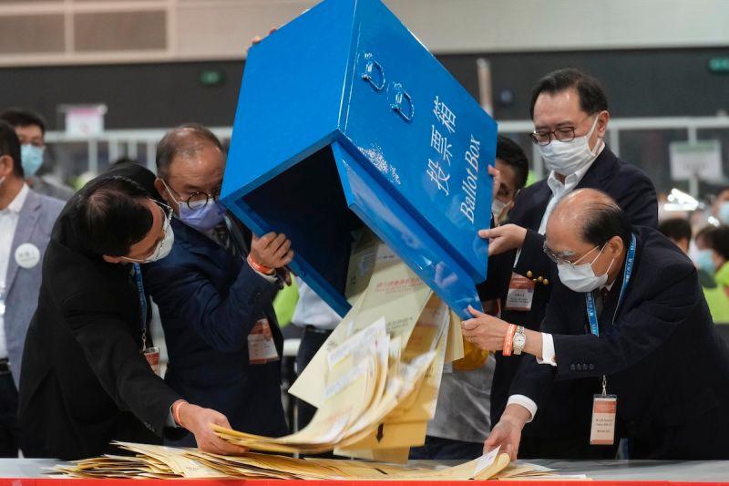▲在「反送中」運動之後,香港19日舉行選委會選舉,在北京貫徹「愛國者治港」原則之下,與北京不和的泛民未能參選;圖為選管會點票。(圖/美聯社/達志影像)