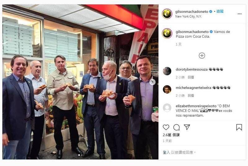 ▲巴西總統波索納洛赴美國紐約出席聯合國大會,但可能因他不願接種COVID-19疫苗而不得進入餐廳用餐,只好在人行道上吃披薩。(圖/翻攝自Instagram)