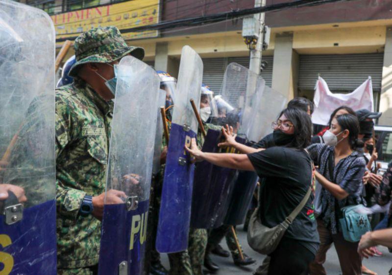 ▲21日是菲律賓前總統馬可仕戒嚴49週年,數千名菲國民眾身穿黑衣,集結在以革命英雄波尼法西奧為名的廣場,大聲疾呼勿讓專制統治在明年大選後復辟。(圖/翻攝自Filipino News)