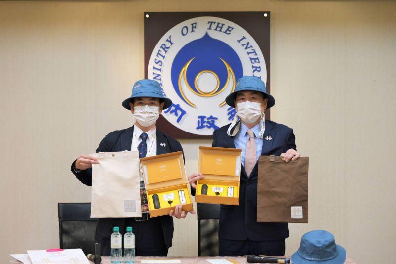 ▲國慶籌備會秘書長陳宗彥(右)開箱110年國慶紀念品。(圖/慶籌會提供)