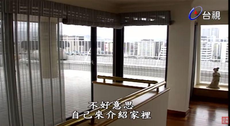 ▲客廳出去就是大面積的陽台。(圖/台視YouTube)