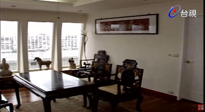 ▲客廳有許多陶塑、字畫。(圖/台視YouTube)