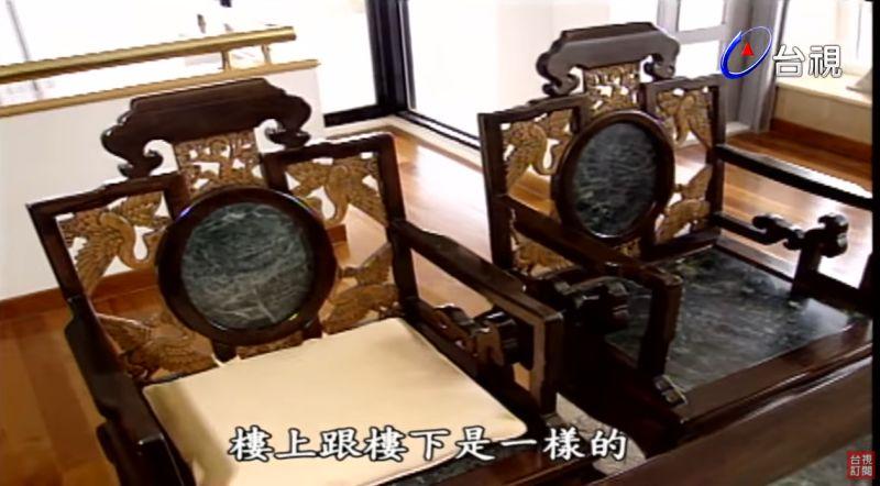 ▲桌椅飄古董味。(圖/台視YouTube)