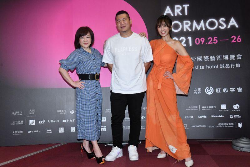 ▲蔡允潔(右)、趙婷(左)與含羞草(中)出席國際藝術博覽會活動。(圖/紅心字會提供)