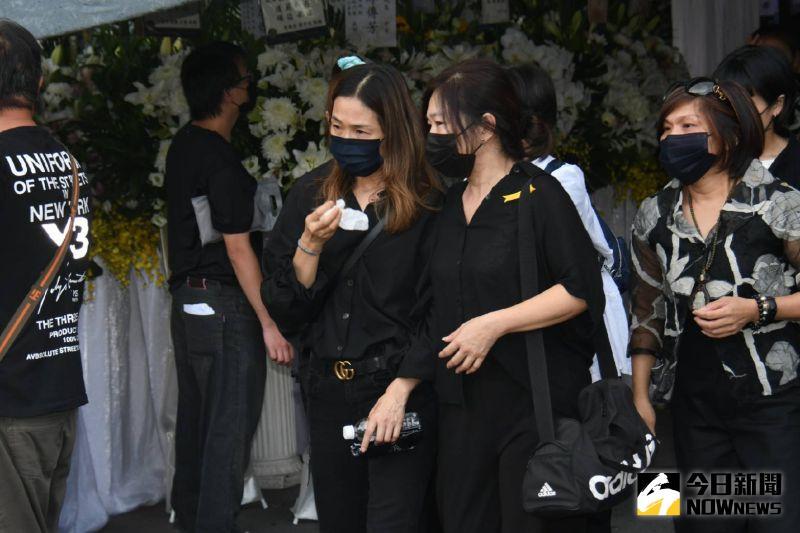 ▲遺孀謝雪貞(左)淚送龍劭華。(圖/記者林調遜攝)