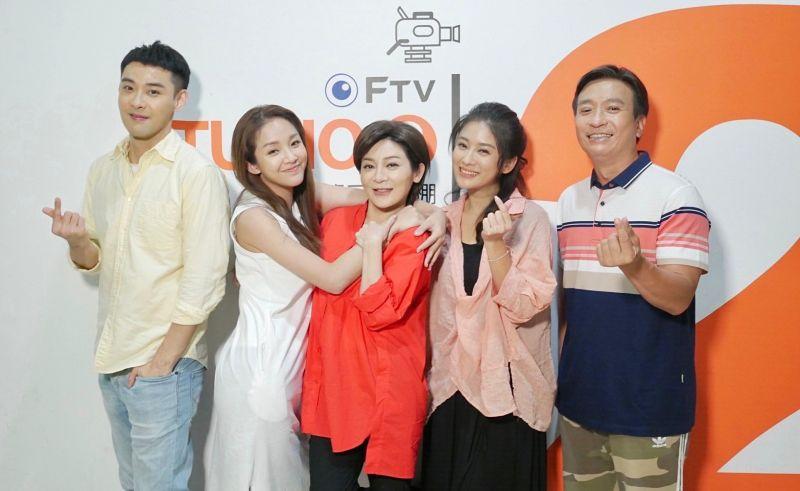 ▲潘柏希(左起)、賴慧如、王彩樺、葉家妤、王中平飾演一家人。(圖/民視)