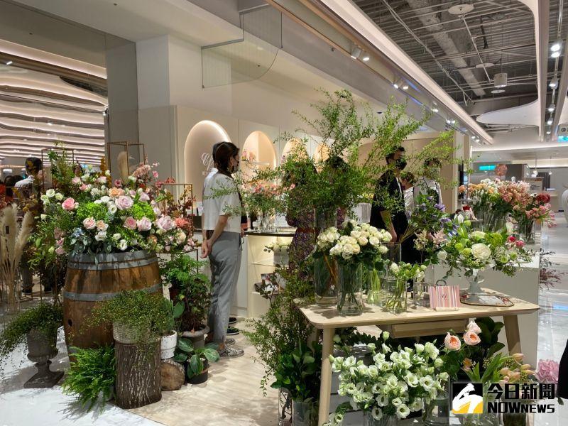 ▲改裝後的台中新光三越樓,竟然有花藝店進駐,在一片百貨服飾中,特別讓人驚艷。(圖/記者金武鳳攝,2021.9.22)