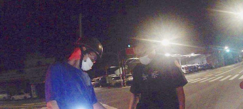▲嫌犯深夜被攔下開出紅單,還被查獲毒品。(圖/翻攝畫面)