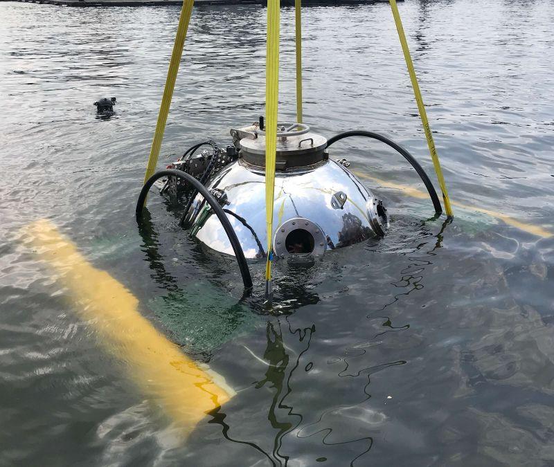 ▲中山大學研發全國首艘迷你潛艇在高雄港下水。(圖/中山大學提供)