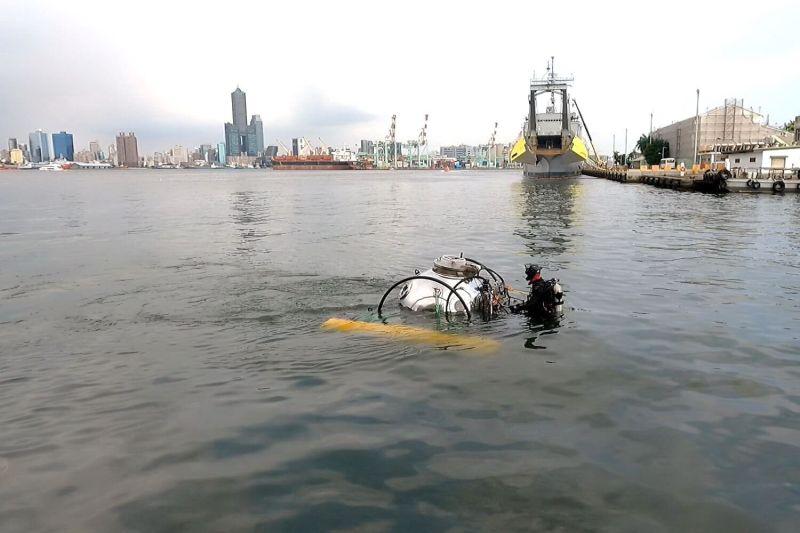 ▲中山大學研發全國首艘迷你潛艇在高雄港下水,並載人入艙潛行成功。(圖/中山大學提供)