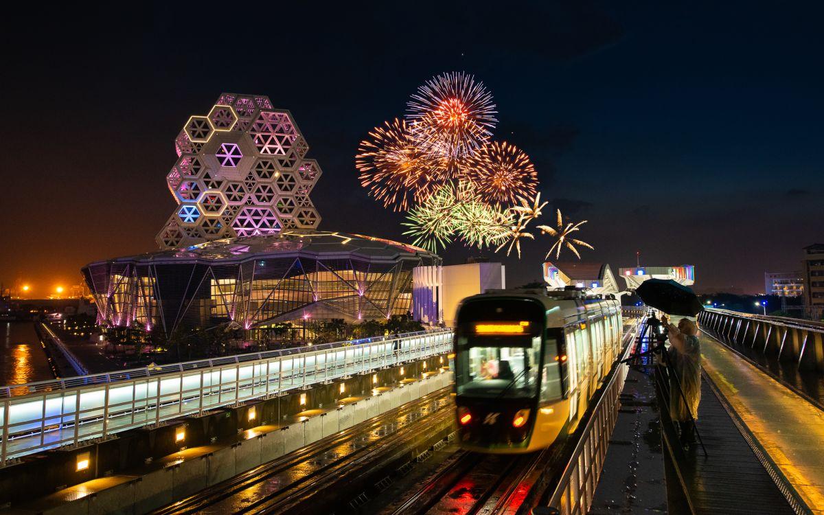 ▲2021國慶焰火在高雄,民眾可多加利用輕軌及捷運等大眾運輸。(圖/高雄市政府提供)