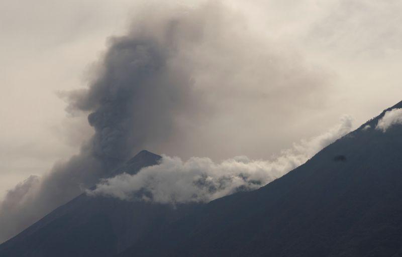 ▲瓜地馬拉當局表示,境內的火峰火山(Fuego)連串噴發,湧出熔岩與火山灰,但現況尚未迫使民眾疏散,當局正密切監控。(圖/美聯社/達志影像)
