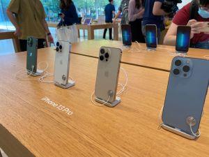 ▲原PO開箱iPhone 13 ProMax 天峰藍,豈料一看外觀卻發現一個「大瑕疵」。(示意圖/記者賴志昶攝)