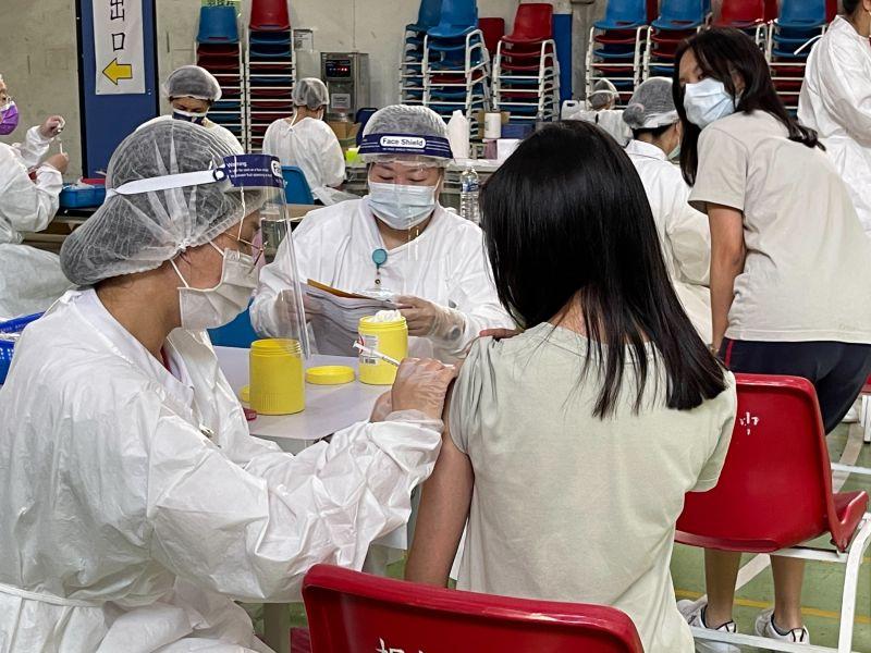 ▲教育局說,23日共有28校(不含五專)、預計27158人施打BNT的疫苗,實際26796人施打、施打比率98.67%。(圖/新北市政府教育局提供)