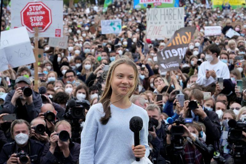 ▲全球青年24日串連上街頭抗爭,目的在於要求全球領袖採取更積極的氣候對策,以大幅減少使地球升溫的溫室氣體排放。(圖/美聯社/達志影像)