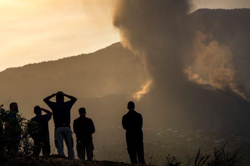 ▲西班牙機場當局指出,加納利群島(Canary Islands)火山噴發,飛航班機取消。(圖/美聯社/達志影像)