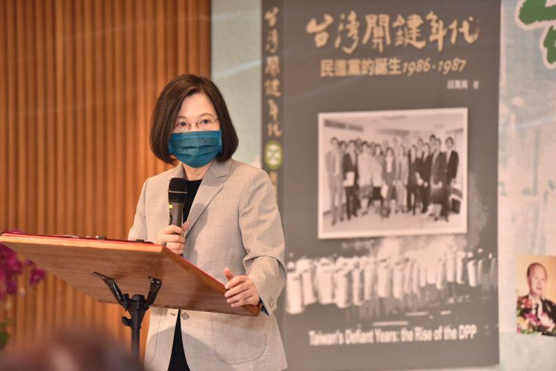 ▲兼任民進黨主席的總統蔡英文說,感謝民主前輩們付出的努力和犧牲,未來要繼續堅持為台灣打拚。(圖/民進黨提供)
