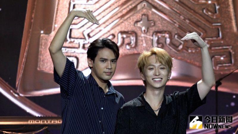 ▲邱鋒澤(右)和陳零九(左)一同替廣播金鐘獎獻聲表演。(圖/記者朱永強攝)