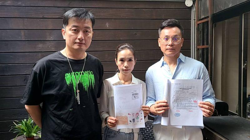 ▲陳霆(右)、陳潔瑩(中)夫婦揭發投資遭詐騙經過。(圖/星瀚國際傳播)